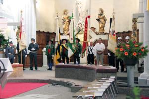 Die Fahnenträger der Vereine bei der Messe in der Kirche.